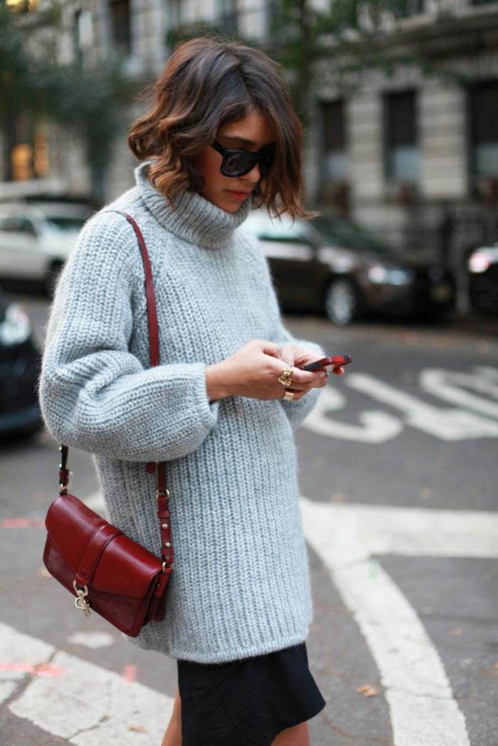 pull large femme, sac rouge, coiffure carré, cheveux ombré, long pull femme porté avec jupe mi-longue