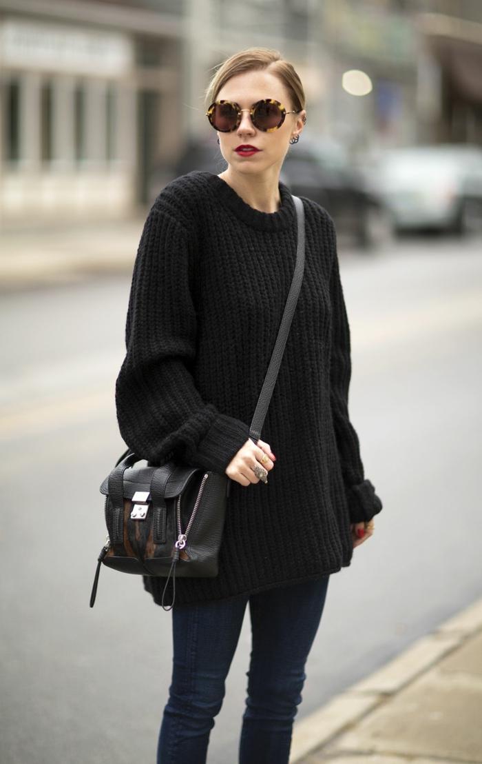 jeans bleus, grand sac confortable, pull grosse maille femme, lunettes de soleil rondes
