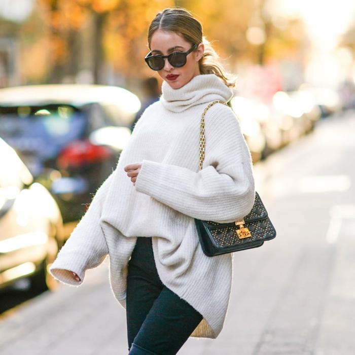jeans et cuissardes, pull col roulé femme, sac épaule bandoulière chaîne, lunettes de soleil