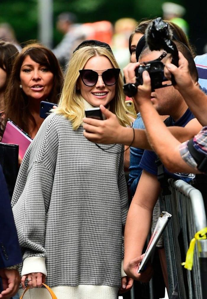 pantalon blanc, pull loose femme, grandes lunettes de soleil, cheveux blonds lisses, tenue avec sweat oversize femme