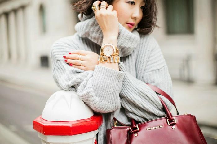pull gris et sac burgundy, pull ample femme, montre dorée, bracelet en métal, vernis à ongles rouge, tenue chic femme
