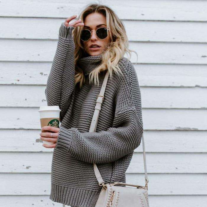 comment porter le pull en maille, lunettes rondes, sac neutre, cheveux blonds messy, tasse à café