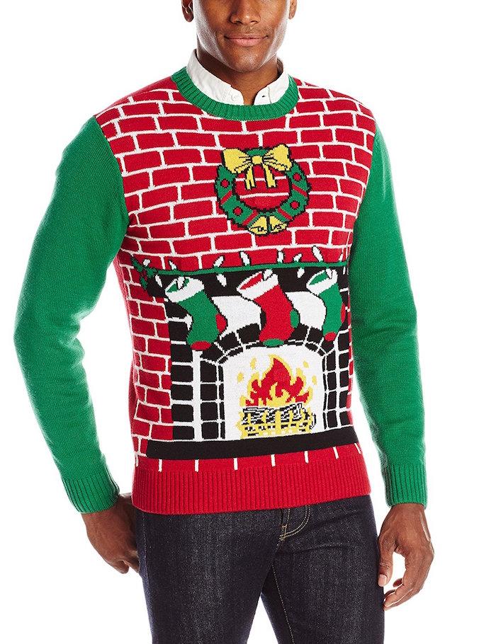 pull tres moche pour noel homme avec dessin de cheminée et souliers et mur en briques kitsch