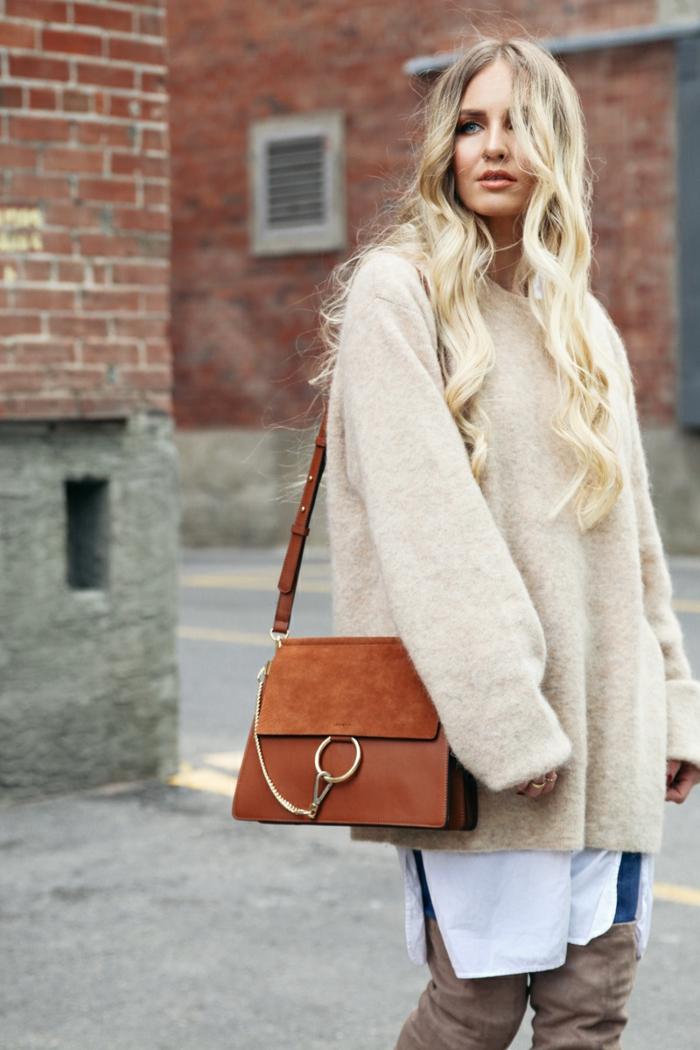 pull beige femme, sac couleur cognac, longue chemise blanche, jeans bleus, cuissardes en velours