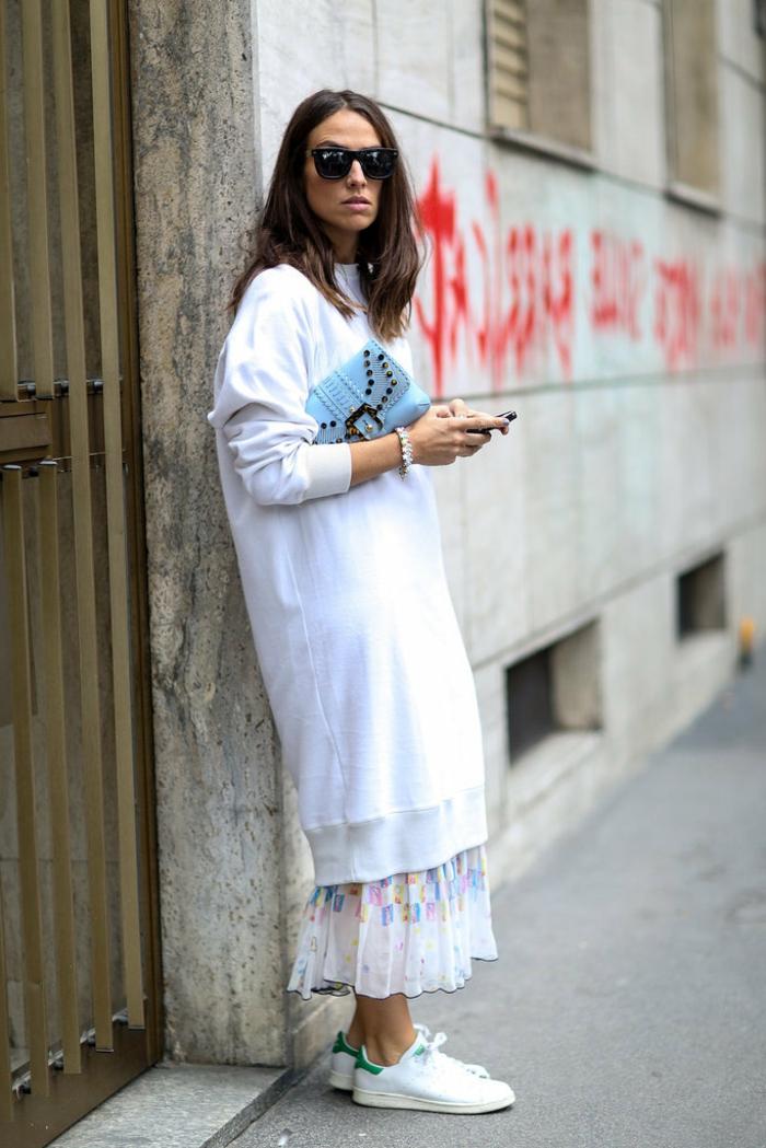 pull oversize blanc, jupe longue style boho, sweat oversize femme, tenue street style automne