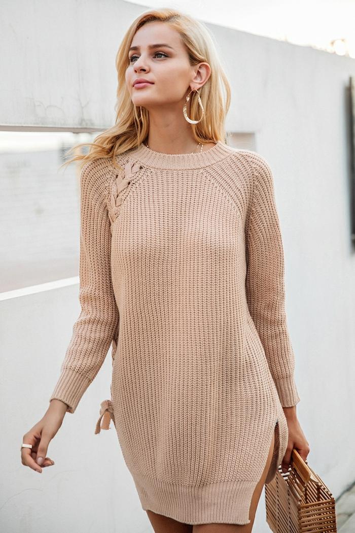 grand pull couleur saumon, créoles dorées, femme aux cheveux blonds, sac panier