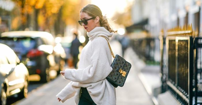 gros pull en laine femme, sac noir matelassé, pantalon slim, queue de cheval basse, lunettes de soleil