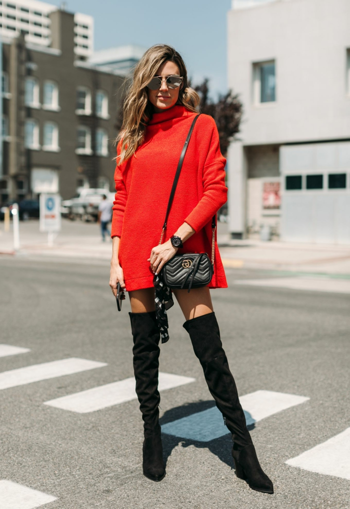 pull rouge femme, cuissardes noires, sac noir, lunettes de soleil, pull oversize tendance