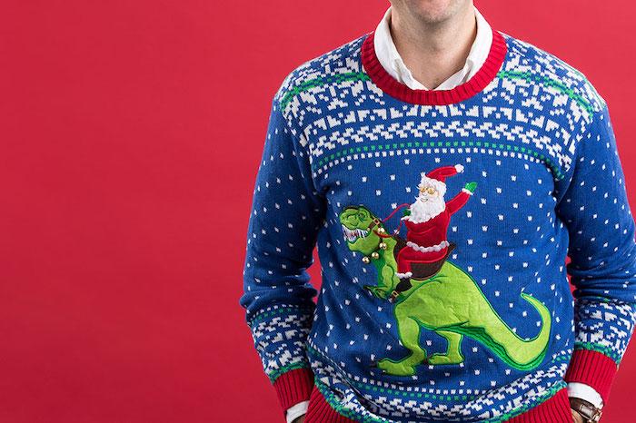pull pour homme pour noël bleu avec père noël sur dos de dinosaure vert