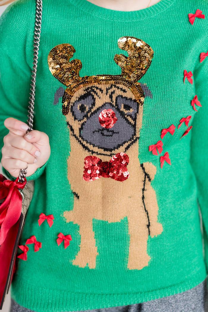 pull de femme vert kitsch pour noel avec dessin de chien deguisé en renne avec bijoux brillants