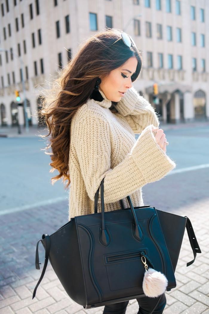 pull blanc femme, cheveux long châtain, grand sac bleu, joli pull en maille, jeans skinny