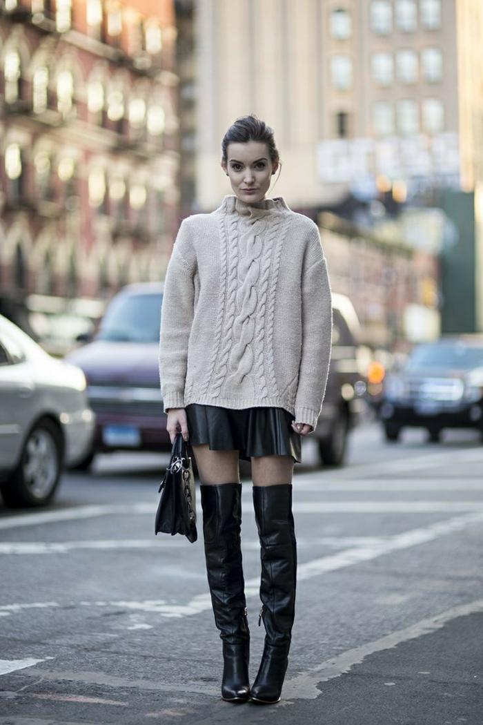 jupe en cuir mini, cuissardes, pull torsadé femme couleurs blanc cassé, sac noir, chignon, tenue d'automne