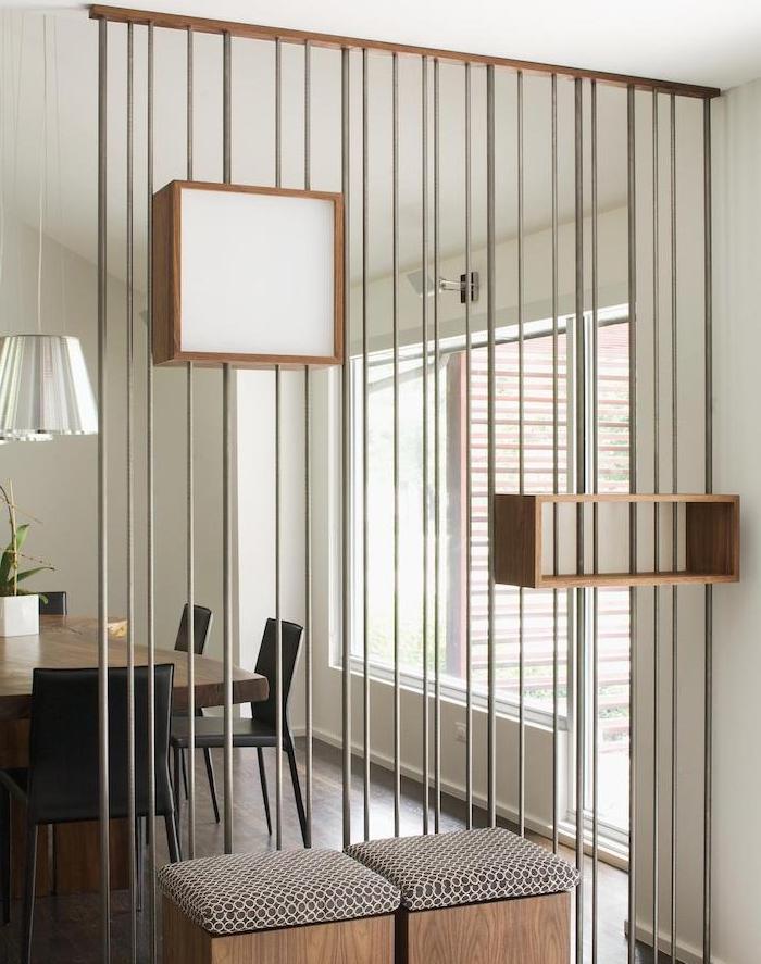 idee de separation brise vue interieur avec des barres métalliques installées sur lames de bois, separer salle à manger