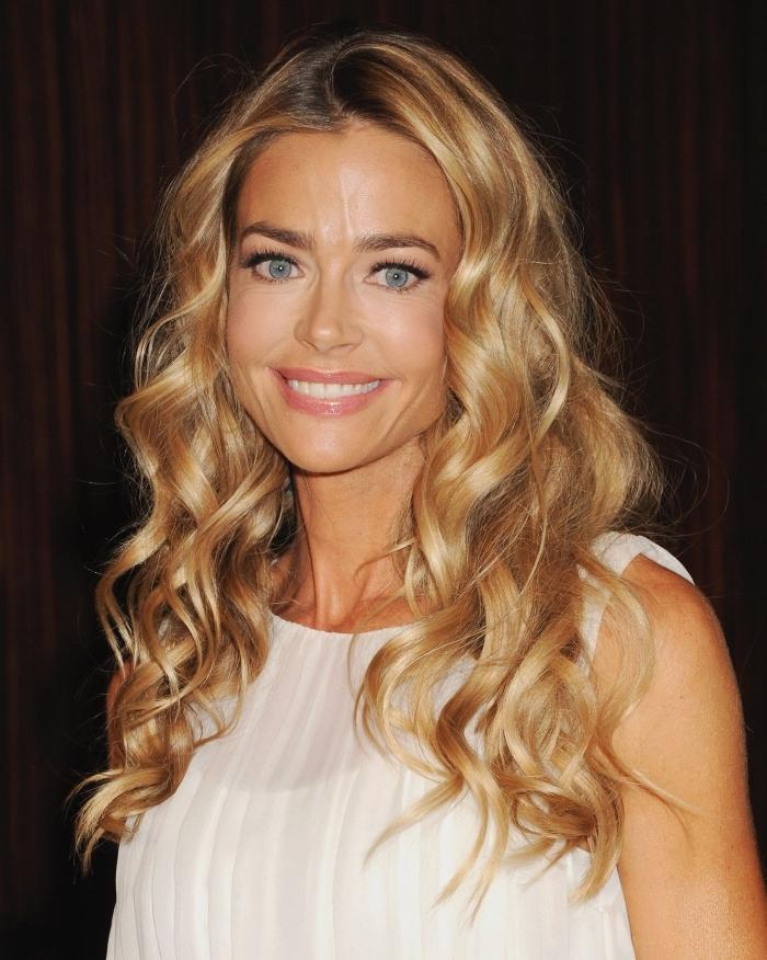 idée coiffure facile aux cheveux détachés et bouclés, exemple de coloration effet ombré avec racines marron et longueurs blond caramel