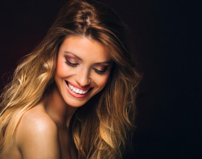 idée cheveux blond sur brunette, couleur de cheveux marron avec mèches dorées et reflets cuivrés, maquillage festif avec fards à paupières brillants