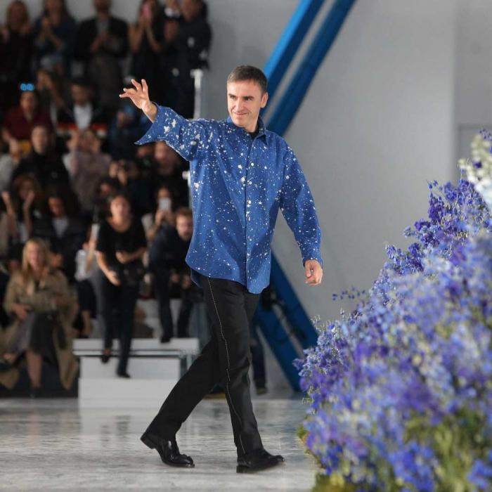 Directeur de la création chez Calvin Klein Raf Simons, nouvelle pour Raf Simons modeliste, défilé homme designer avec chemise bleu à taches blanches