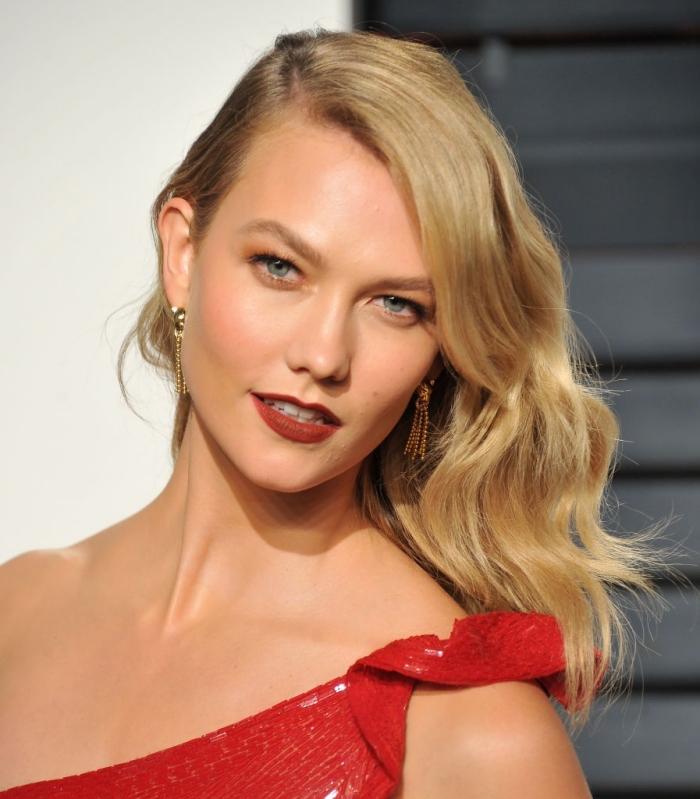 exemple balayage blond sur chatain, coiffure de cheveux longs et bouclés de côté, idée maquillage rouge à lèvres rouge mate