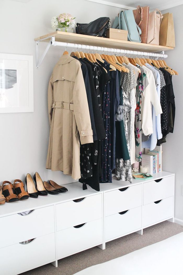 Les positives de dressing ouvert idée déco chambre parentale manteaux et robes pendantes