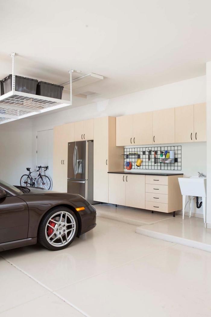 quel meuble garage moderne, exemple kit armoires de bois clair pour outils, idée rangement mural avec crochets