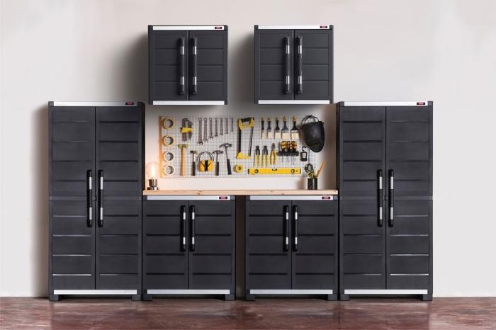 kit armoires noires avec comptoir de bois et rangement en crochets, idée comment amenager son garage moderne