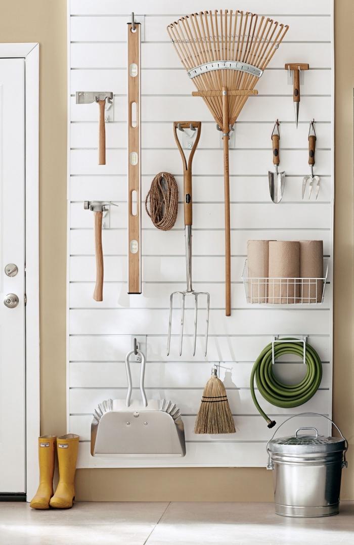 quelles etageres garage, décoration murale avec peinture beige et panneau blanc avec crochets pour outils et accessoires jardinage