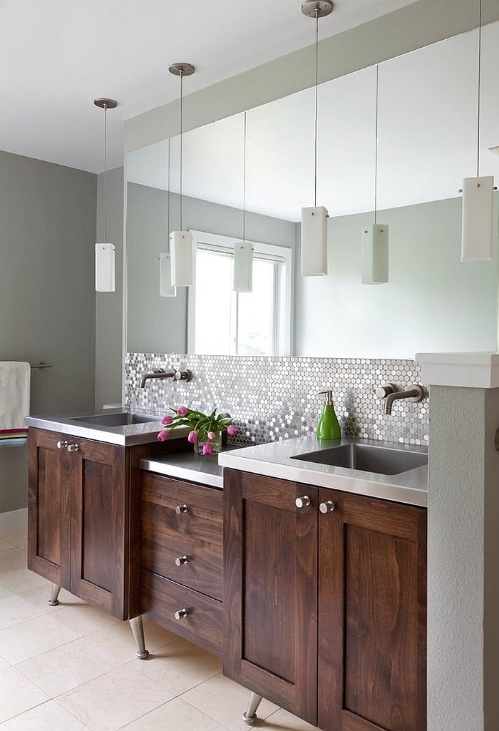 une credence autocollante imitation mosaïque hexagonale à finition argentée posée derrière un meuble sous vasque en bois