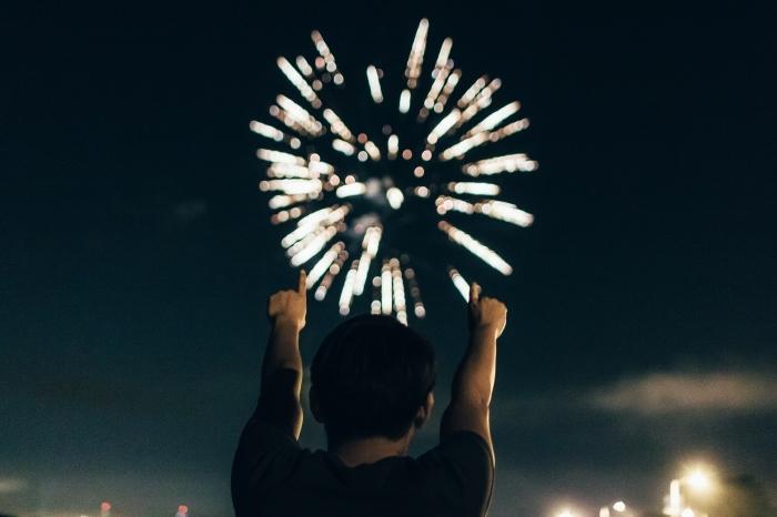 images nouvel an gratuites, célébration nouvel an dehors, spectacle nouvel an avec feux d'artifice entre amis