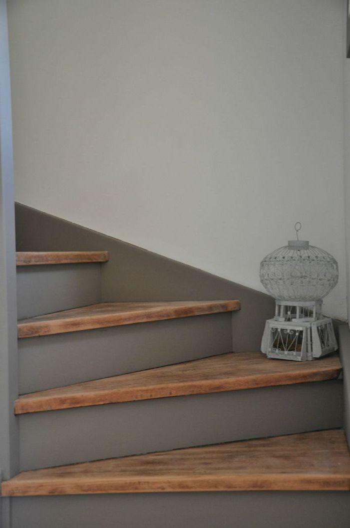 renover un escalier en peignant les contremarches en gris et en gardant l'aspect authentique en bois des marches