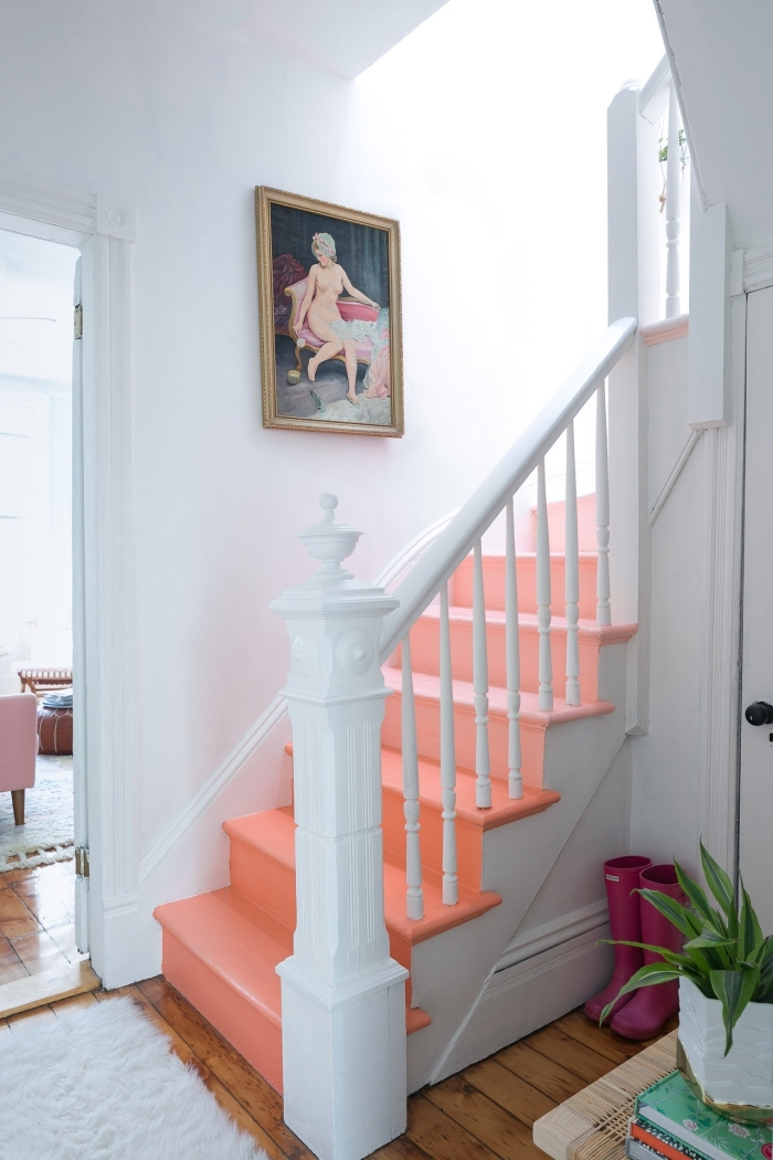 relooker un escalier en bois en peignant les marches en couleur pêche qui dynamise la cage d'escalier blanc