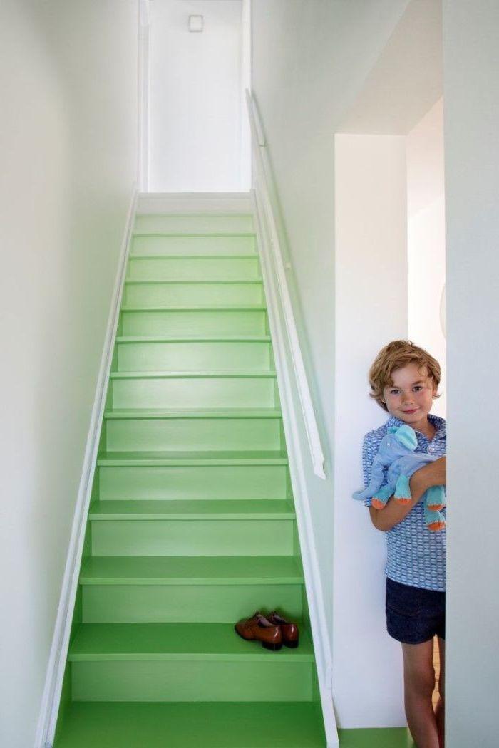 renovation escalier bois facile, marches d'escalier en bois repeint en dégradé du vert pastel pour transformer le lieu de passage en accent déco douce et lumineuse