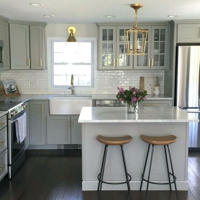 cuisine petit espace, deux tabourets de bar bois et fer, petit îlot, plafonnier lanterne doré