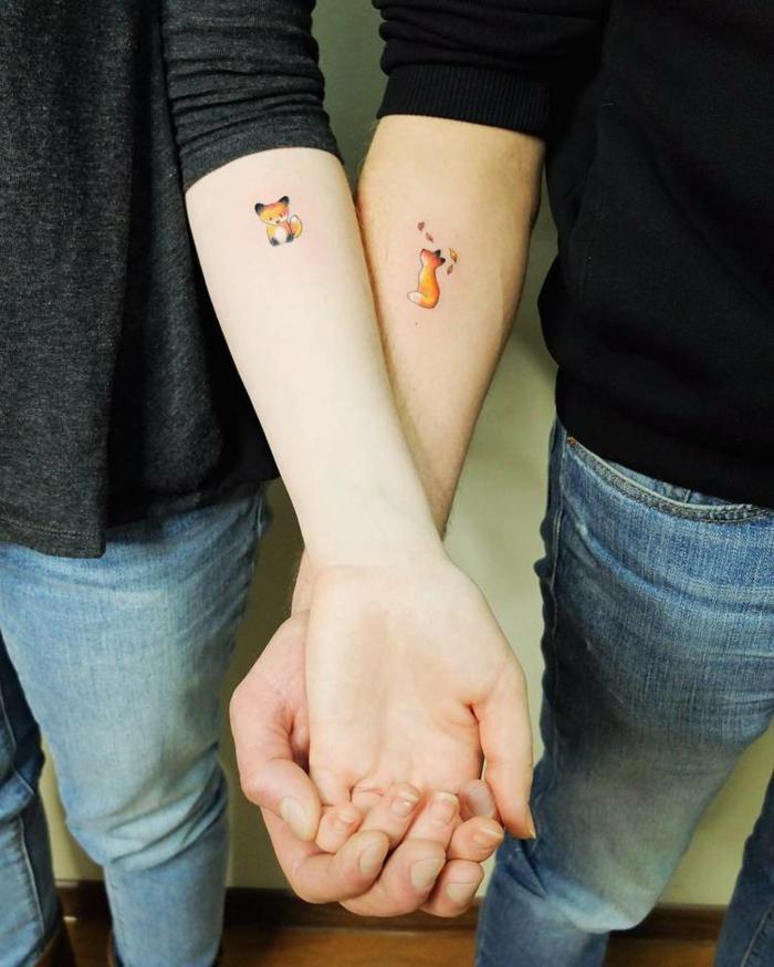 Tatouage couple renards amoureux, dessin stylisé de renard, dessin réalisé en injectant de l'encre dans la peau
