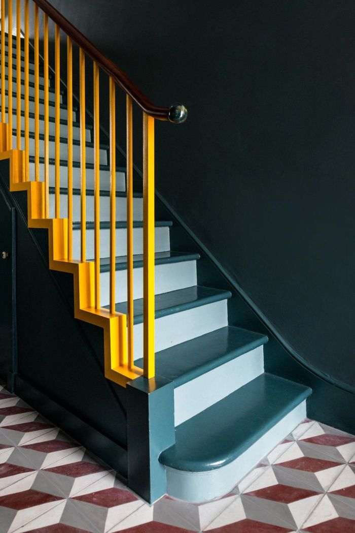 cage d'escalier peinte en nuances du gris vert aux accents jaunes sur le garde-corps, renovation escalier bois à l'aide de la peinture