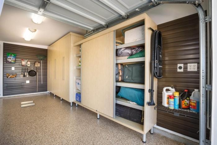 exemple comment organiser ses outils dans un garage, modèle de rangement vertical avec étagères murales de bois