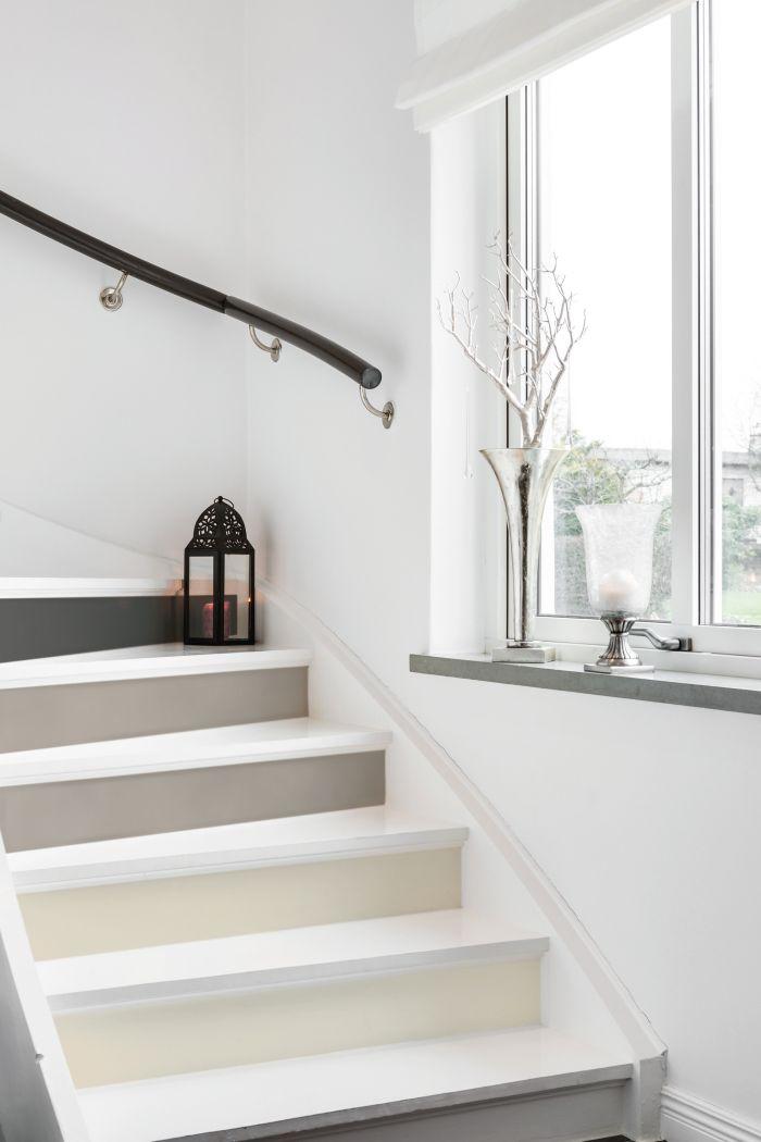 escalier d'esprit scandinave aux contremarches peintes en camaïeu de gris, renover un escalier en bois grâce de la peinture