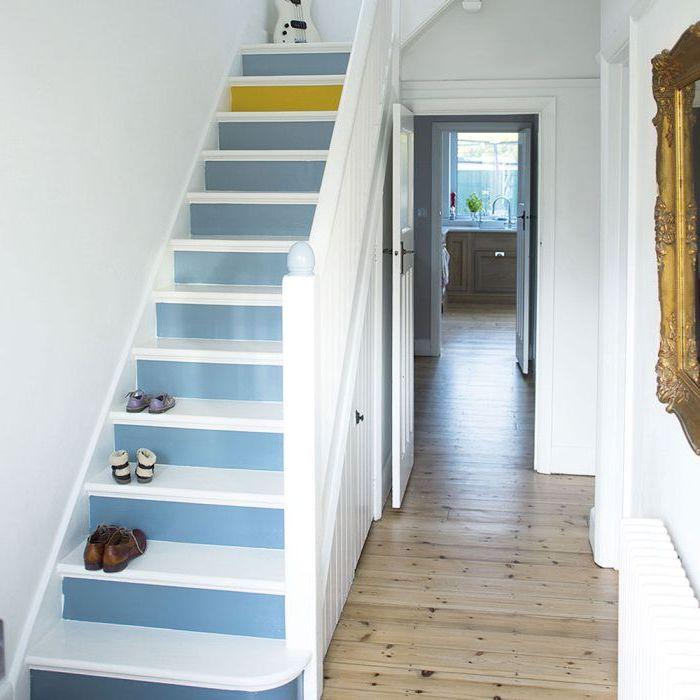 peinture escalier couleur bleu gris et jaune appliquée sur les contremarches pour casser la monotonie du blanc dans le couloir