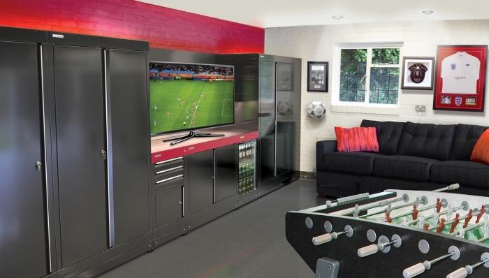 comment transformer son garage en salle de jeux, idée déco garage en blanc noir et rouge avec armoires inox