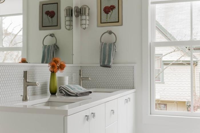 une crédence adhésive imitation mosaïque hexagonal pour une touche graphique dans la salle de bains toute blanche