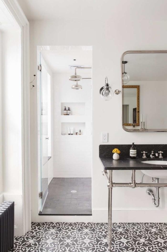 plan vasque posée sur un jambage métallique avec crédence intégrée, revêtement de sol en carreaux de ciment en noir et blanc