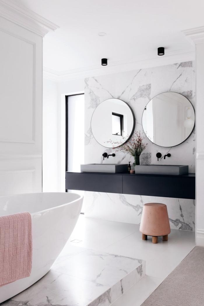 revetement mural salle de bain d'aspect marbre, plan vasque flottant en noir mat avec double vasque en ciment