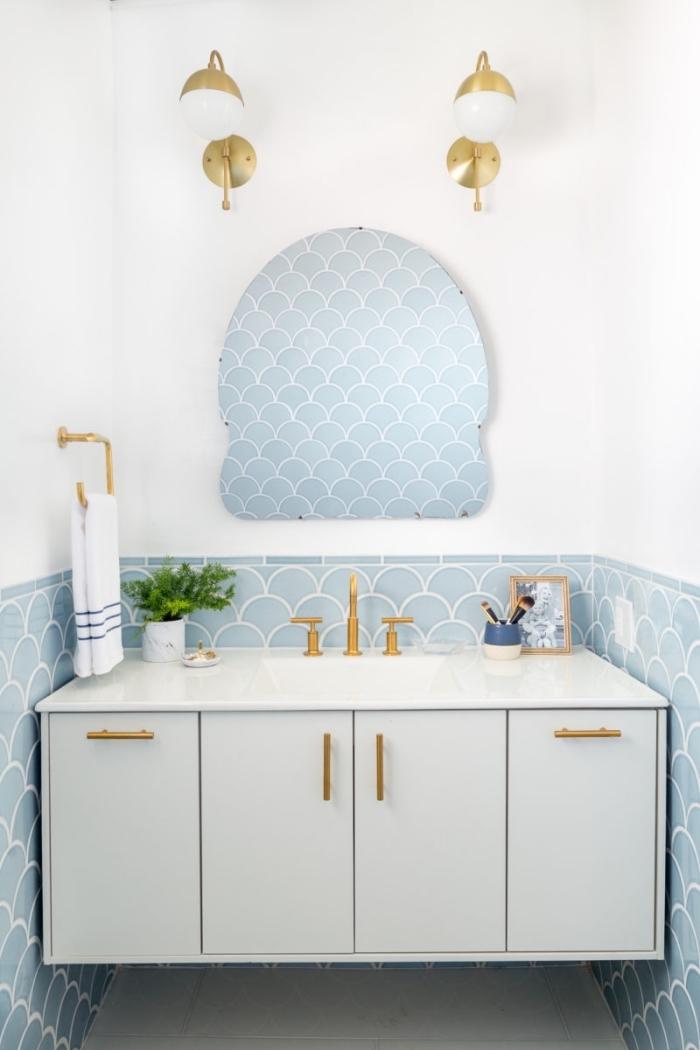revetement mural salle de bain de carrelage bleu à motifs vagues stylisées posé en soubassement