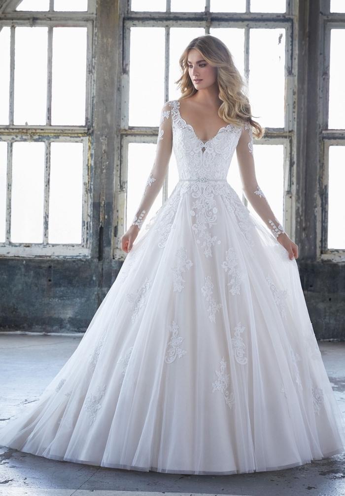 tendance mode mariage femme 2019, modèle de robe de princesse à jupe de bal en tulle et dentelle perlée à motifs floraux