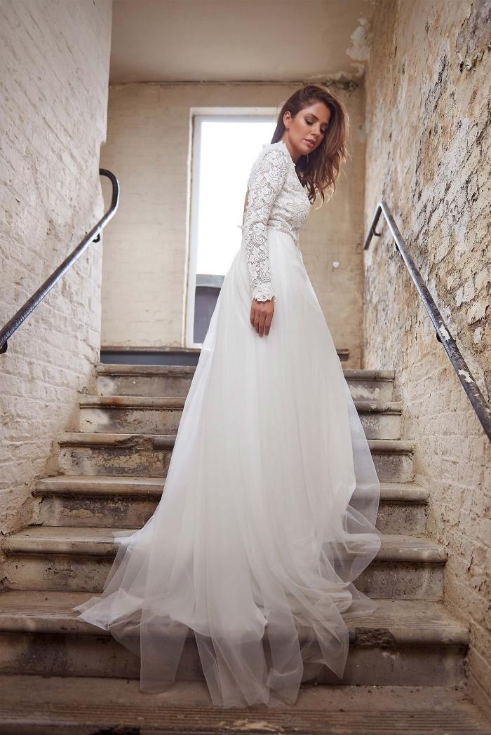 idée robe de mariée champetre, modèle de robe blanche longue à dos échancré, robe à manches longues en dentelle
