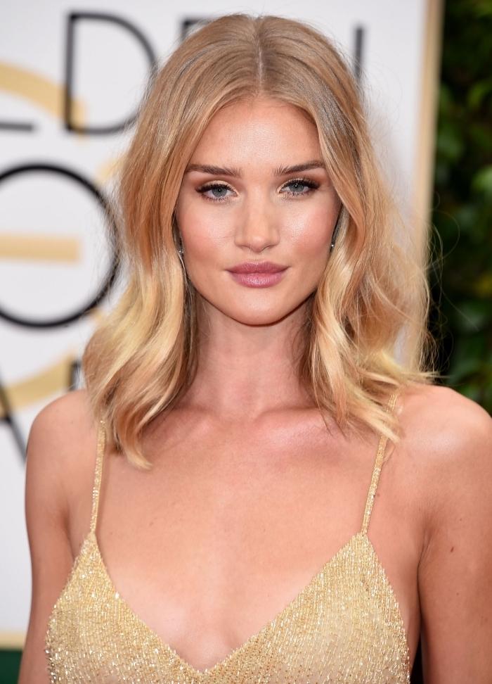 balayage blond sur chatain, coupe de cheveux carré long plongeant, idée coloration avec mèches dorées sur blond foncé