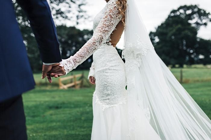 magnifique design de robe de mariée à dos transparent et manches en dentelle, idée robe de mariée sirène avec dos nu