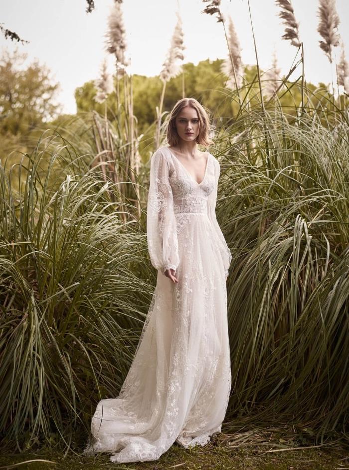 mode couture nuptiale 2019, tenue de mariage femme, robe boheme mariage à décolleté en v et manches bouffantes