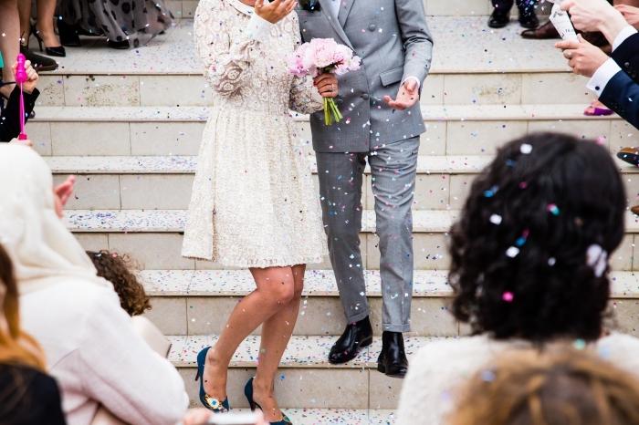 modèle robe de mariée en dentelle, idée quelle tenue nuptiale pour cérémonie civile, exemple de robe mi-longue pour mariage