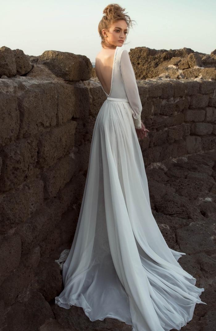 mode femme mariage tendance 2019, modèle de robe de mariée bohème à design élégant avec dos nu et manches longues