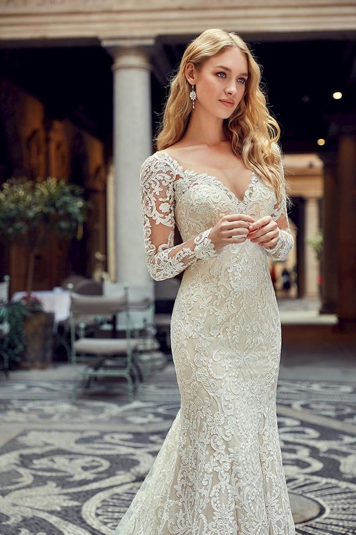 couture nuptiale femme 2019 tendances, modèle de robe de mariée sirène à décolleté en v et manches à effet tatouage