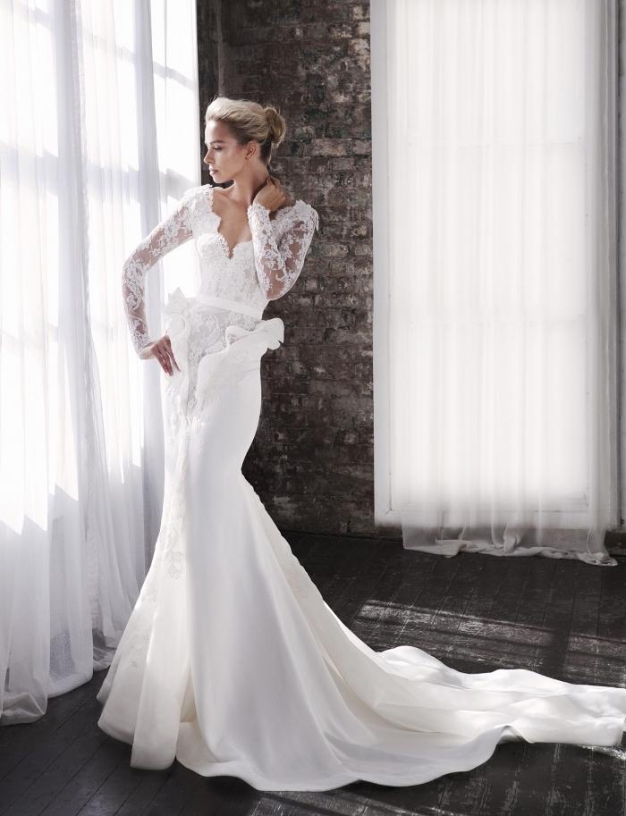 modèle splendide tenue de mariage femme, robe de mariée originale à design sirène avec longue traîne et décolleté
